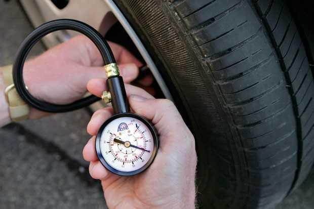 Чем измеряют давление в шинах