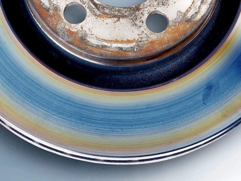 Синие и желтые полосы на тормозном диске